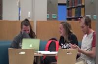 کوتاه کردن خنده دار مو در کتابخانه