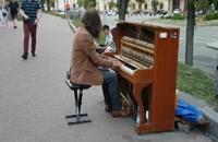 پیانیست خیابانی در کی یف پایتخت اوکراین/2