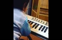 زانکو چاوشی در حال پیانو زدن