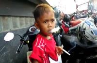 مادری که کودک 2 ساله خود را با سیگار آرام می کند